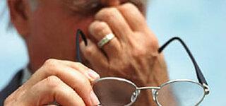 Älterer Mann mit Brille