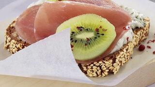 Kräuterquarkbrot mit Lachsschinken und Kiwischeibe