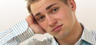 Junger Mann mit Ohrenschmerzen