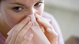 Mädchen mit Taschentuch vor der Nase