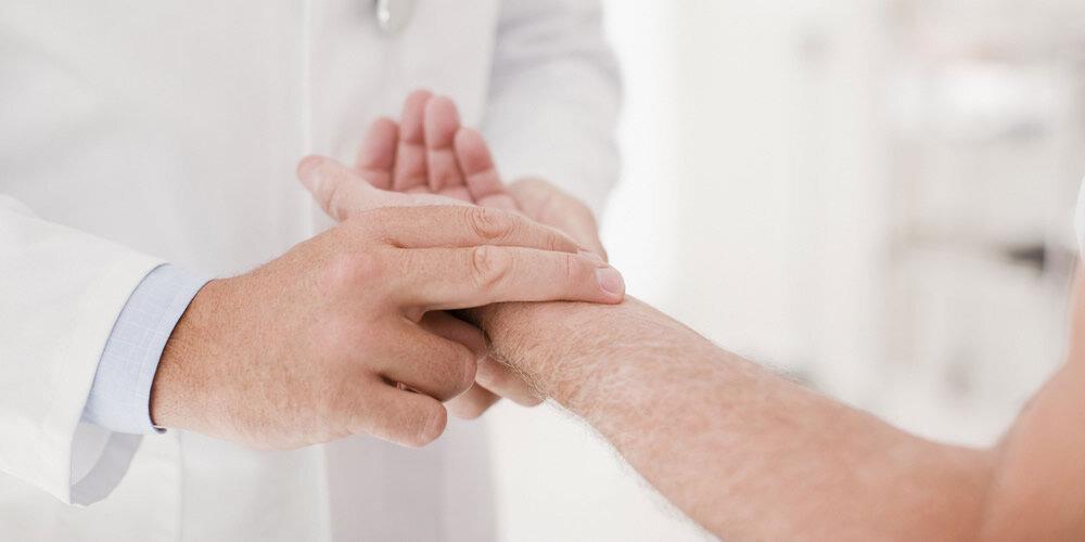 Kalte Hände - Diagnose: Wie der Arzt vorgeht   Apotheken