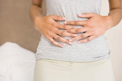 Bauchschmerzen, die nicht kurzfristig wieder abklingen, vom Arzt abklären lassen