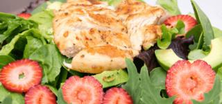 Salat mit Putenstreifen, Erdbeeren und Avocado