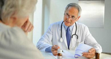 Bei einer tiefen Venenthrombose verordnet der Arzt üblicherweise Medikamente, welche die Blutgerinnung hemmen