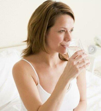 Probieren Sie's: Ein Glas eiskaltes Mineralwasser gegen den Hicks