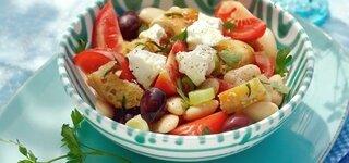 Brotsalat mit Feta und Oliven
