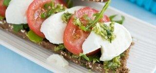 Vollkornbrot mit Tomate und Mozarella