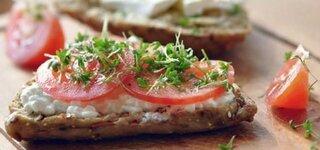 Vollkornsemmel mit Hüttenkäse und Tomaten
