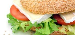 Bagle mit Camembert und Salat