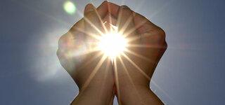 Hände in der Sonne
