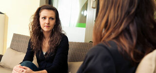 Psychologie: Frau bei der Gesprächstherapie