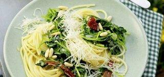 Spinat-Spaghetti mit Pinienkernen
