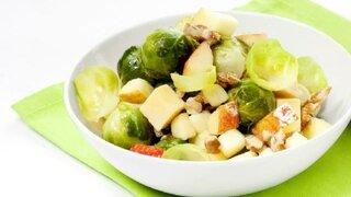 Rosenkohlsalat mit Apfel und Nüssen