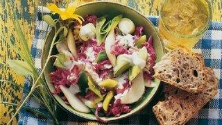 Magdeburger Rotkohl-Lauch-Salat mit Birnen in Schüssel