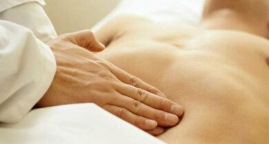 Körperliche Untersuchung: Der Arzt tastet auch den Bauch ab, um Schmerzen und Schwellungen nachzugehen