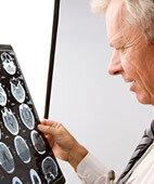 Wenn nötig, findet im Krankenhaus eine Computertomografie statt, damit der Arzt den Schweregrad des Traumas besser einschätzen kann