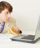 Fastfood vor dem Computer: Das geht so nebenbei und macht gleich wieder hungrig