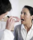 Mundtrockenheit auf der Spur: Der Arzt untersucht zuerst den Mundraum