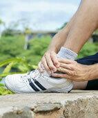 Der Knöchel tut weh, wird dick und blau – diese Symptome können auf einen Bänderriss am Sprunggelenk hindeuten