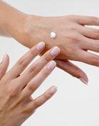 Für die Therapie der Knötchenflechte kommen unter anderem Kortison-haltige Cremes und Salben infrage