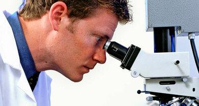 Bestehen Zweifel an der Diagnose, untersucht der Arzt eine Gewebeprobe unter dem Mikroskop