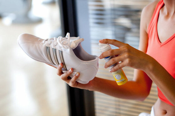 Schuhe mit Desinfektionsspray einsprühen