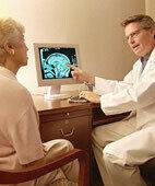 Blick ins Gehirn: Der Arzt erklärt seiner Patientin die Ergebnisse der Computertomografie
