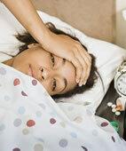Eine Gehirnentzündung geht oft mit Fieber und Kopfschmerzen einher. Halluzinationen sind möglich
