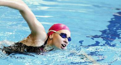 Wer viel schwimmt, hat häufig trockene Haut