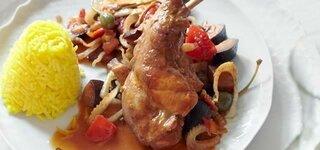 Knoblauch-Kaninchen mit Caponata-Gemüse und Reis-Safran-Timbal