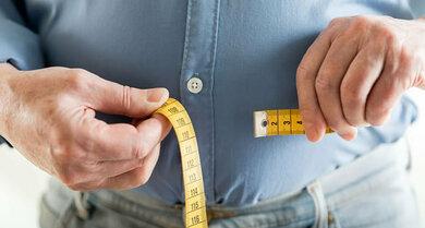 Den Taillenumfang misst man in der Mitte zwischen Rippenbogen und Hüftknochen