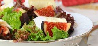 Salat mit Feigen und Weichkäse
