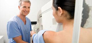 Frau bei der Mammographie