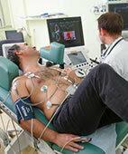 Bei der Stressechokardiograpfie tritt der Patient in die Pedale