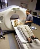 Die Patientin liegt recht komfortabel auf der Untersuchungsliege