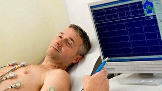 Mann bei der EKG-Untersuchung