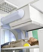 Die Gammakamera misst die Strahlung der radioaktiven Substanz.