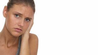 Junge Frau mit Ohrenschmerzen