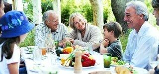 Großfamilie beim Essen