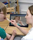 Die Logopädin trainiert mit der Patientin die Motorik des Mundes