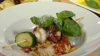 Gemüsespieße mit selbstgemachten Nudeln und Tomatensoße
