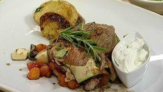 ebratene Rinderrückenroulade mit Gemüse, Kartoffelscheiben und Kräuter-Dip