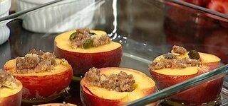 Gefüllter Pfirsich mit Fruchtsoße