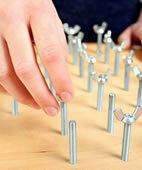 Dieses Schraubenspiel dient zur Verbesserung der Koordination der Handbewegungen