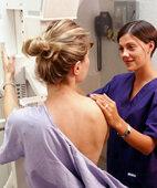 Mit Implantat sind bei der Mammografie unter Umständen zusätzliche Aufnahmen nötig