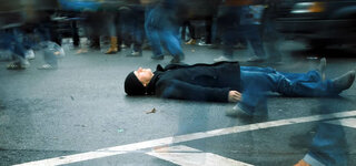Mann liegt auf der Straße
