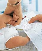 Dank Neugeborenenscreening wird eine PKU meistens früh erkannt. Ein Tropfen Blut aus der Ferse genügt