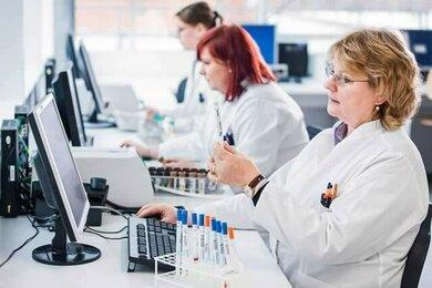 Computer unterstützen die Laborarbeit