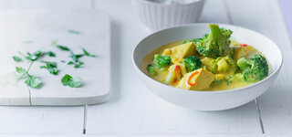 Brokkoli-Kokos-Curry mit Tofu und Koriander-Joghurt