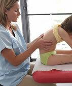 Bereits Kinder können Physiotherapie benötigen, zum Beispiel wenn die Wirbelsäule verkrümmt ist